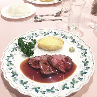 テーブルの上に食べ物のプレートの写真・画像素材[801935]