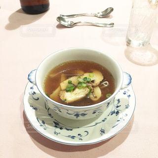 テーブルにあるスープのボウルの写真・画像素材[801936]