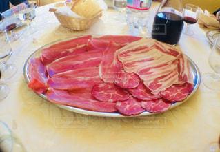 テーブルの上に食べ物のプレートの写真・画像素材[842145]