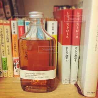 書店の棚の横にあるボトルの写真・画像素材[752572]