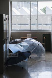 雨傘と廊下の写真・画像素材[692784]
