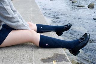 川辺に座っている人の写真・画像素材[738176]