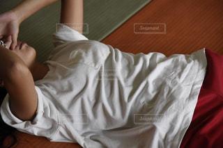柔道場の畳の上に寝そべっている女性 - No.770065