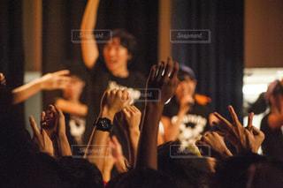 観衆の前で立っている人のグループ - No.915991