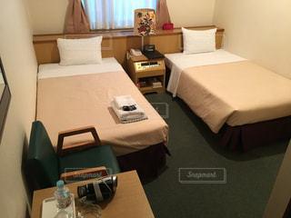ベッドと部屋で机付きのベッドルームの写真・画像素材[1019954]