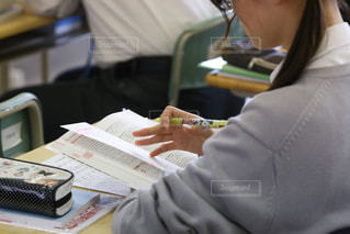 参考書の問題を解く女子生徒の写真・画像素材[1092213]