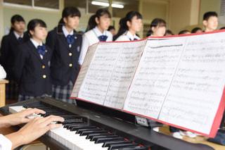 合唱の練習をする女子生徒とピアノの写真・画像素材[1591810]