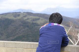 山の前に立っている人の写真・画像素材[1591906]