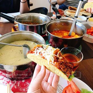 食品のプレートをテーブルに座っている女性 - No.705930