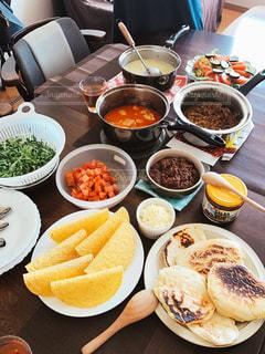 テーブルな皿の上に食べ物のプレートをトッピング - No.705931