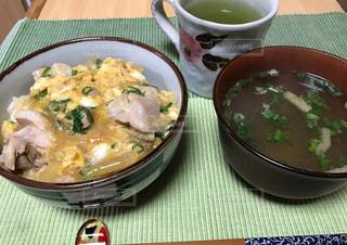 親子丼 夕御飯 卵 鶏肉 つゆだくの写真・画像素材[697553]