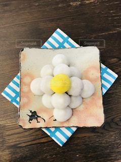 テーブルの上のケーキと木製のまな板の写真・画像素材[854476]