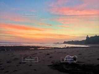 ビーチに沈む夕日の写真・画像素材[717733]