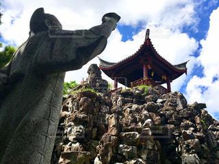 大きな岩の前の像 - No.807749