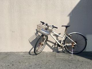 建物の前に停まっている自転車の写真・画像素材[824282]