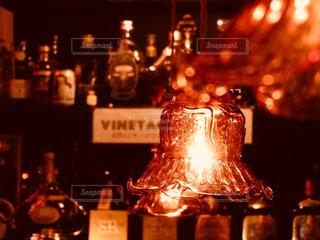 テーブルの上にワインのボトルの写真・画像素材[886923]
