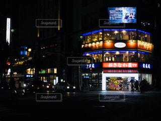 夜のライトアップされた街の写真・画像素材[886937]