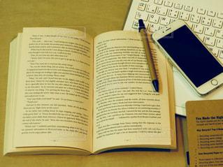 机の上の本の写真・画像素材[899301]