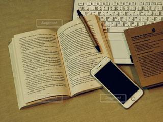 机の上の本の写真・画像素材[899302]