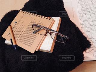 机の上に座って黒い熊 - No.899305