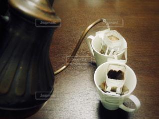 テーブルの上のコーヒー カップの写真・画像素材[913594]