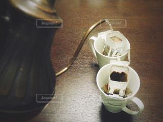 テーブルの上のコーヒー カップ - No.985323