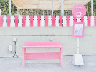 海にあるピンクのバス停です。 - No.991681
