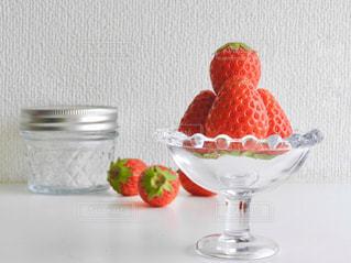 テーブルの上のイチゴの写真・画像素材[1000242]