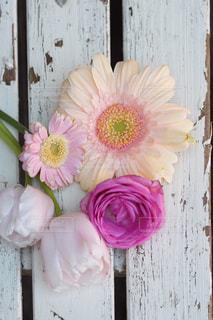 木製のテーブルの上に座って花の花瓶の写真・画像素材[1054798]