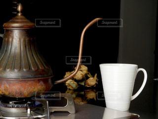 テーブルの上のコーヒー カップの写真・画像素材[1155994]