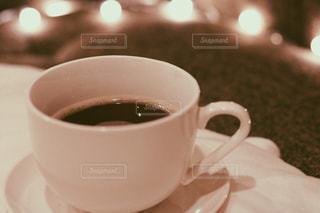 近くにコーヒー カップのアップの写真・画像素材[1169044]