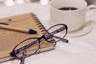 テーブルの上のコーヒー カップの写真・画像素材[1169046]