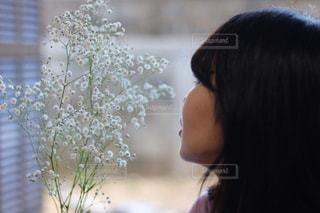 花の前に立っている女性の写真・画像素材[1400413]
