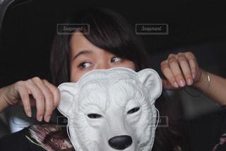 カメラにポーズ マスクに座る人の写真・画像素材[1427558]