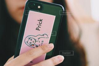 携帯電話を持つ手の写真・画像素材[1445701]