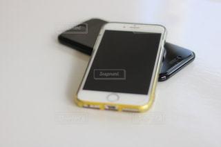 テーブルの上の携帯電話の写真・画像素材[1445742]
