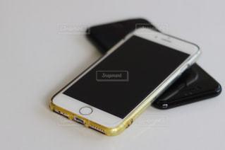 テーブルの上の携帯電話の写真・画像素材[1445743]