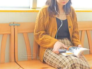 テーブルの上に座っている女性の写真・画像素材[1445748]
