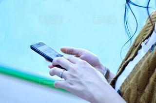 携帯電話を持つ手の写真・画像素材[1446100]