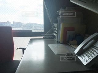 テーブルの上に座ってノート パソコンをデスクの写真・画像素材[1522773]