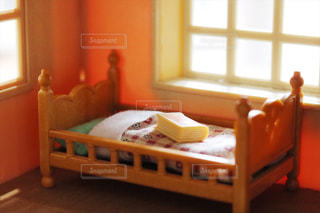 大きな窓のあるベッドルームの写真・画像素材[1548172]
