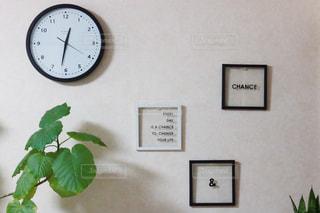 側に取り付けられた大時計の写真・画像素材[1783600]