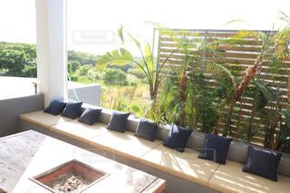 家具と大きな窓で満たされたリビングルームの写真・画像素材[2382686]