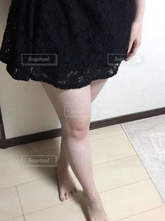 床に立っている女性の写真・画像素材[945977]