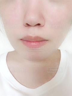 近くに黒い髪と白いシャツを着ている人の写真・画像素材[1342151]