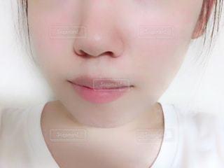 近くに黒い髪と白いシャツを着ている女性のの写真・画像素材[1352439]