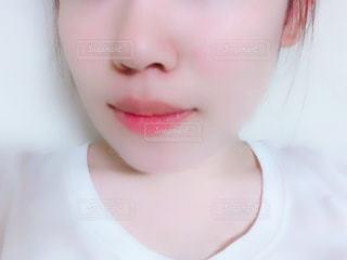 黒い髪と白いシャツを着ている女性の写真・画像素材[1352442]