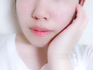 黒い髪と白いシャツを着ている女性の写真・画像素材[1352443]