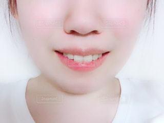 近くに黒い髪と白いシャツを着ている女性のの写真・画像素材[1352445]