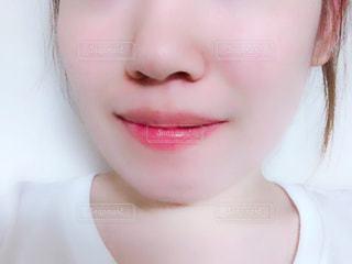 近くに黒い髪と白いシャツを着ている女性の写真・画像素材[1352447]